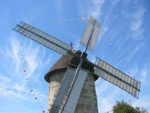 Le moulin à vent en pierre de Hauville